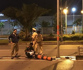 Tông xe vào trụ biển báo giao thông, nữ công nhân tử vong