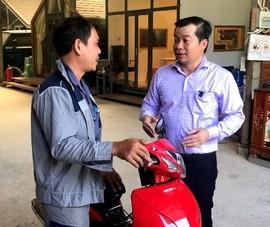 Người 'dừng xe nhặt tiền gây tai nạn' được tặng xe máy