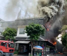 Cháy dữ dội một nhà hàng ở Thảo Điền