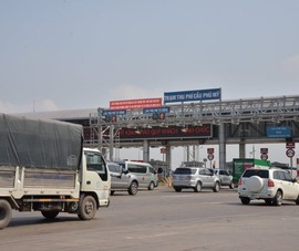 Nhân viên trạm thu phí đòi đánh tài xế khi barier không mở