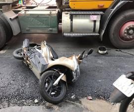 Người đàn ông ngã xe máy, container chạy sau không thắng kịp