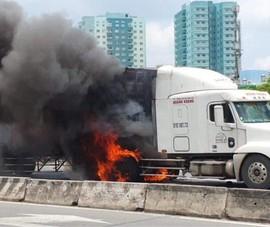 Xe container cháy ngùn ngụt khi đang chạy trên xa lộ Hà Nội