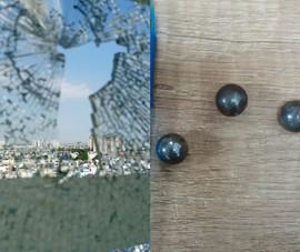 Căn hộ tầng 12 ở TP Thủ Đức bị bắn bể kính đến 3 lần