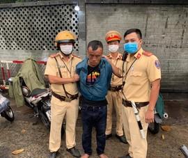 Lực lượng chốt kiểm dịch Sóng Thần đạp ngã xe bắt cướp giật
