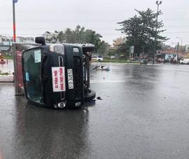 Xe máy vượt đèn đỏ làm xe tải chở thực phẩm lật nhào giữa đường