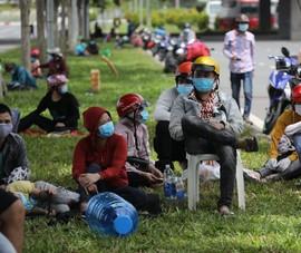 Người dân mệt mỏi tại cửa ngõ TP khi được yêu cầu về nơi cư trú