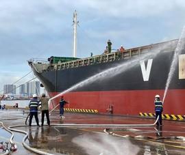 Điều tra nguyên nhân tàu hàng ngàn tấn bốc cháy tại cảng Bến Nghé