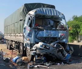 Tông xe tải đang dừng đèn đỏ, tài xế tử vong trong cabin