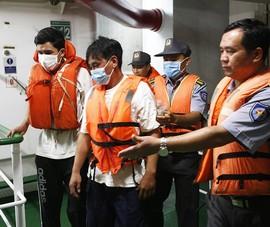 Tàu kiểm ngư tiếp nhận 3 ngư dân Bình Định được cứu sống