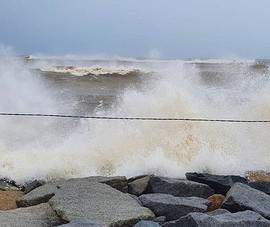 Gió bão ầm ầm đang đổ vào Phú Yên