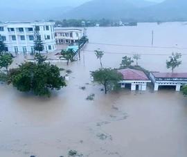 Hàng chục ngàn căn nhà ở Phú Yên vẫn ngập trong lũ