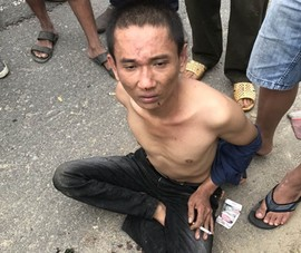 Kẻ cướp dùng dao khống chế xe ôm bị người dân vây bắt