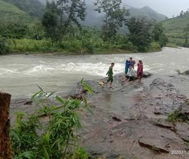 Đoàn du khách TP.HCM bị kẹt trên núi cao ở Khánh Hòa do mưa lũ