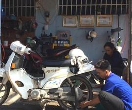 3 anh em cứu hộ xe máy khai trương tiệm sửa xe
