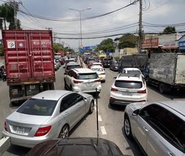 Kẹt xe tại phà Cát Lái: 3 tiếng nhích 1km