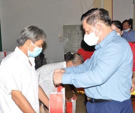 Ông Nguyễn Trọng Nghĩa tặng quà gia đình chính sách, hộ nghèo