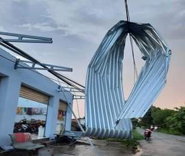 Lốc xoáy kèm mưa gây thiệt hại hàng trăm căn nhà ở Bến Tre