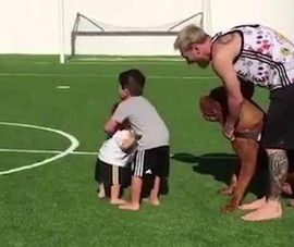 Ronaldo và Messi, ai 'chăm' con hơn?