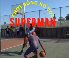 Superman thách thức tất cả mọi đối thủ ném bóng