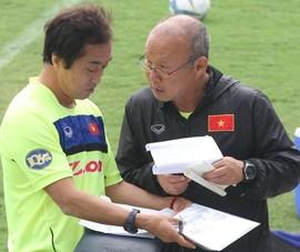Bàn giao trận gặp UAE cho trợ lý Lee xong, ông Park nói gì khi họp báo?