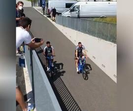 Lạ lùng cầu thủ Đức đến sân tập bằng... xe đạp