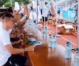 Các tuyển thủ Đức ký mỏi tay khi giao lưu với fan trong mùa dịch
