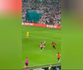 Video CĐV cởi trần chạy vào sân, an ninh sân Wembley ì ạch đuổi