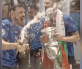 Clip cầu thủ Ý quậy tưng với cúp và champagne trong phòng thay đồ
