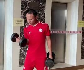 Cầu thủ Viettel hăng hái tập luyện dù bị cách ly