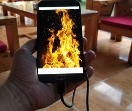 Điện thoại nổ nát bàn tay vì vừa sạc vừa sử dụng