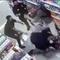 Đánh gãy tay bảo vệ cửa hàng vì bị bắt mang khẩu trang