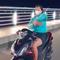 Cô gái buông tay lái xe máy, múa quạt giống Khá Bảnh