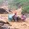 Thót tim cảnh nhóm người vượt lũ ở Quảng Nam