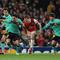 Ngôi sao Arsenal đau lòng khi con trai hỏi: 'Tại sao không đội bóng nào cần bố?'