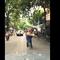 Vừa đạp xe vừa vác thang giữa nơi đông người