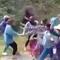 20 cô gái cầm gậy sắt hỗn chiến
