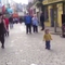 Bé gái bắt chước điệu nhảy nghệ sĩ đường phố