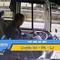 Video: Tài xế xe bus thả tay lái xài điện thoại, gây tai nạn