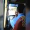 Tài xế vừa lái xe vừa gác chân nghe điện thoại