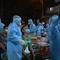 Video: Hàng ngàn người ở quận Bình Tân xếp hàng dài lấy mẫu COVID-19 trong đêm