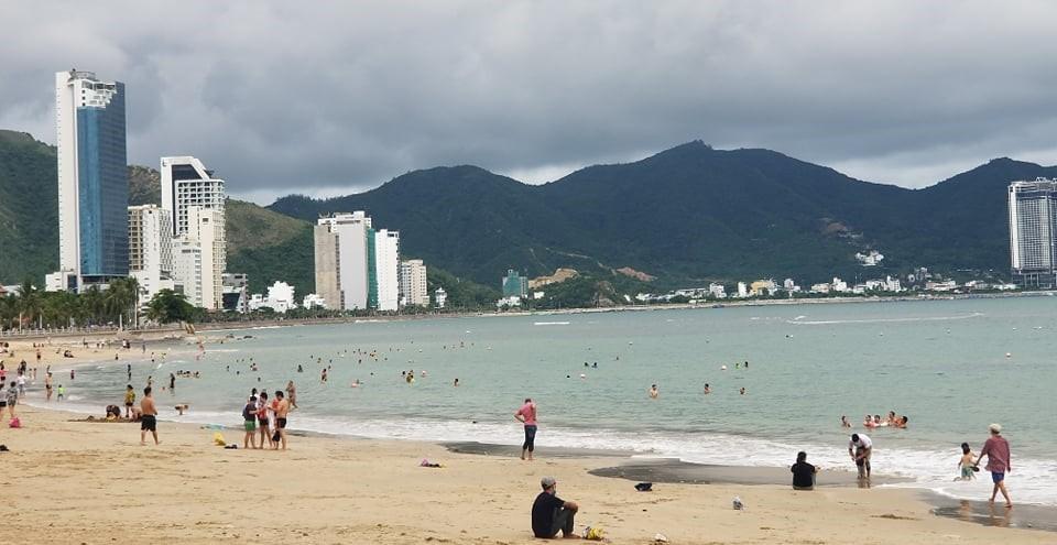 Khánh Hòa cho phép người dân tắm biển, học sinh đi học trở lại - ảnh 1