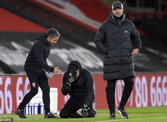 HLV Southampton quỵ gối khóc sau trận thắng lịch sử Liverpool