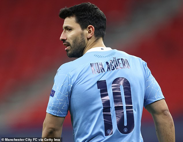 Aguero: 'Cầu thủ Man City không chuyền bóng cho tôi'