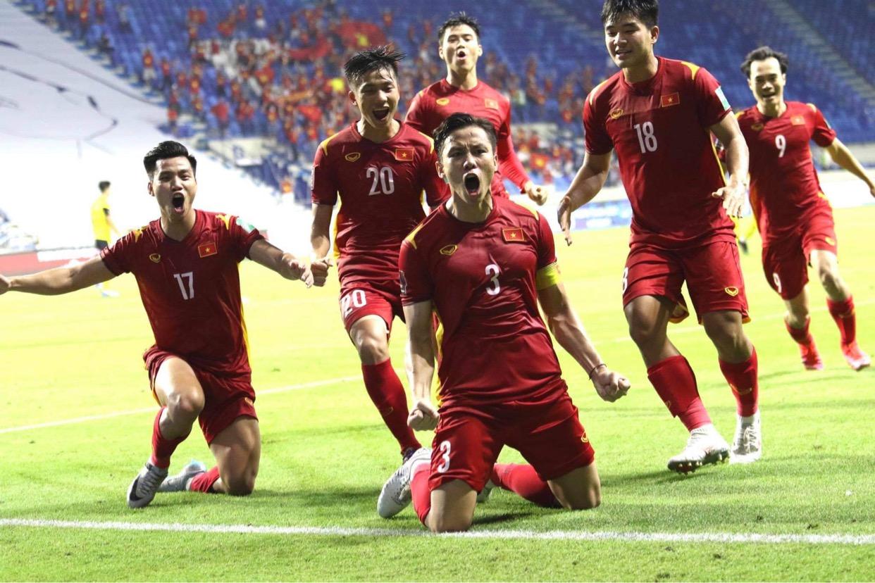 Hạ Malaysia kịch tính, Việt Nam tiến sát giấc mơ World Cup