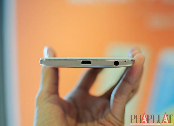 Cạnh dưới là jack cắm tai nghe 3.5 mm và cổng sạc micro USB. Ảnh: T.MINH