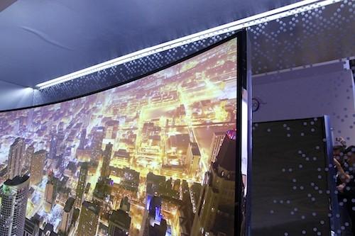 Thiết kế màn hình cong mang tính cách mạng của Samsung mang đến trải nghiệm nghe nhìn sống động nhất và cho phép bất kỳ người xem TV nào cũng đều được thưởng thức hình ảnh ở vị trí tốt nhất. Ngoài ra, với tính năng mới Instant On, người dùng cũng sẽ không phải mất thời gian chờ TV khởi động.