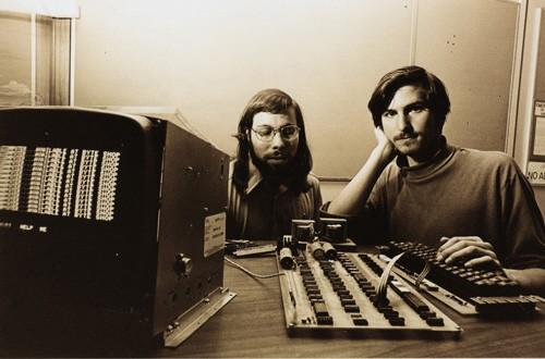 Steve Wozniak (trái) và Steve Jobs bên máy tính Apple I năm 1976