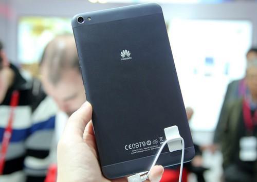 MediaPad X1 có cấu hình mạnh với vi xử lý của riêng hãng HiSilicon Kirin 910 LTE với nhân Cortex A9 lõi tứ tốc độ 1,8 GHz, chip đồ họa Mali-450 và bộ nhớ RAM tới 2 GB. Máy có bộ pin dung lượng 5.000 mAh