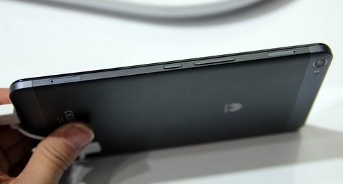 Với độ mỏng 7,18 mm, model này vượt qua Nexus 7 là 8,4 mm và iPad Mini thế hệ 2 là 7,5 mm
