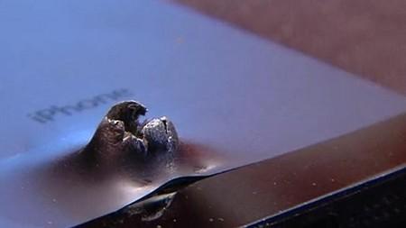 Cận cảnh lỗ thủng trên iPhone 5S gây ra do vụ nổ bom